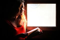 Schattenbild eines schönen Mädchens in einem roten Kleid Stockfotos