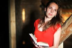 Schattenbild eines schönen Mädchens in einem roten Kleid Stockfoto