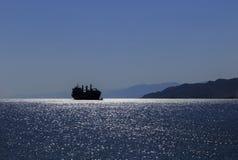 Schattenbild eines Schiffs im Golf von Akaba des Roten Meers stockfotos