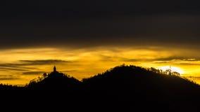 Schattenbild eines Schlosses mit Hügeln lizenzfreies stockfoto