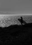 Schattenbild eines Surfers lizenzfreie stockbilder
