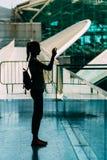 Schattenbild gegen das Licht der jungen Frau Fotos machend Stockfotos