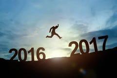 Schattenbild glühenden Sprunges des Geschäftsmannes 2016 bis 2017 Erfolgsbetrug Lizenzfreie Stockfotos