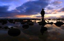 Schattenbild jlookingt Sonnenuntergang Lizenzfreies Stockfoto