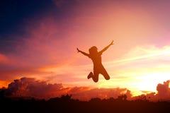 Schattenbild-junge Frau genießen und glücklich Stockbilder