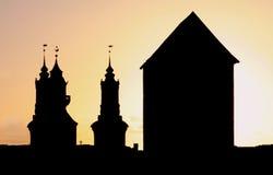 Schattenbild-Kirche und Kontrollturm Lizenzfreie Stockfotos