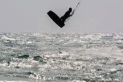 Schattenbild Kiter, das 2 springt Stockfotografie