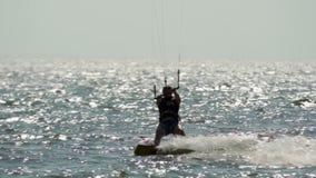 Schattenbild kitesurfer auf See Langsam-MO stock video footage