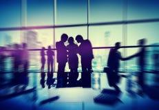 Schattenbild-Leute, die Stadtbild Team Concept treffen Stockfotos