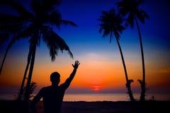 Schattenbild-Mann auf Sonnenuntergang Lizenzfreie Stockbilder
