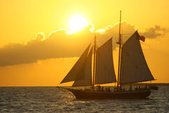 Schattenbild-Segelboot im Sonnenuntergang Stockbild