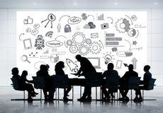 Schattenbild-Sitzung mit Social Media-Skizze Lizenzfreie Stockfotografie