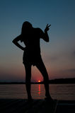 Schattenbild-Sonnenuntergang-Haltung Lizenzfreies Stockfoto