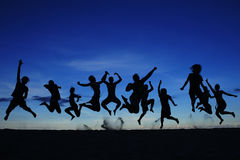 Schattenbild-springendes Team Stockfoto