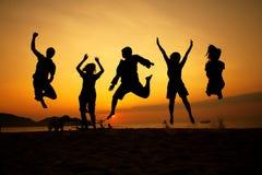 Schattenbild-springendes Team Stockfotos