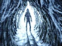 Schattenbild steht in den Strahlen des Lichtes am Eingang zur Höhle lizenzfreie abbildung