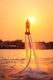 Schattenbild und Weinlese färben styl des Zeigens von flyboard auf Chaophya Stockfotos
