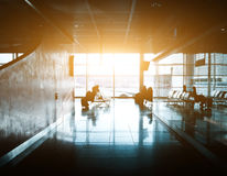 Schattenbild unerkennbaren Geschäftsreisendleute am internationalen Flughafen Stockfotografie
