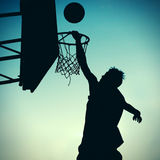 Schattenbild von Basketbal-Spieler Lizenzfreie Stockbilder