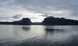 Schattenbild von Bergen auf norwegischer Küstenlinie stockfoto