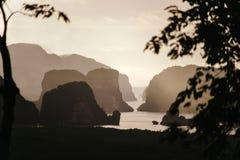 Schattenbild von Bergen an der Dämmerung Lizenzfreie Stockfotos
