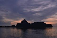 Schattenbild von Bergen an Manao-Golf, Prachuap Khiri Khan, Thailand Stockfotos