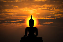Schattenbild von Buddha- und Sonnenunterganghintergrund Stockbilder