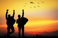 Schattenbild von den Geschäftsleuten, die glücklich für Erfolg, freigegeben springen lizenzfreie stockbilder