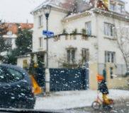 Schattenbild von den Kindern, die Straße auf einem schneebedeckten Tagestaucher kreuzen Lizenzfreies Stockfoto