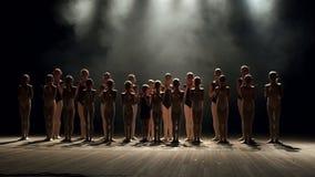 Schattenbild von den kleinen Kindern, die auf Stadium auf schwarzem Hintergrund, Zeitlupe tanzen stock video footage