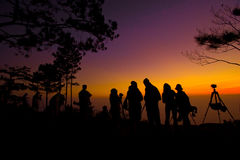 Schattenbild von den Leuten, die ein Foto des Sonnenaufgangs machen Stockfoto
