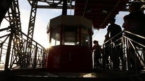 Schattenbild von den Leuten, die in einer Drahtseilbahn erhalten stock footage
