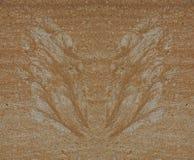 Schattenbild von den Schmetterlingsflügeln hergestellt vom Sand und vom Kies durch Wasserstrom am Beton Lizenzfreies Stockbild