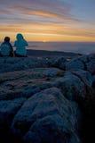 Schattenbild von den Touristen, die herein Sonnenaufgang an Cadillac-Berg aufpassen Lizenzfreie Stockfotos