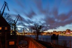 Schattenbild von Derrickkränen in Hamburg-Hafen stockfoto