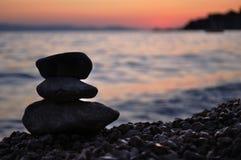 Schattenbild von drei Felsen auf dem Strand Lizenzfreies Stockbild