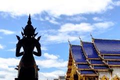 Schattenbild von einem Buddha und von Haupthalle Stockbilder