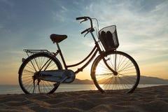 Schattenbild von einem Fahrrad Meer Stockfotografie