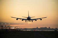Schattenbild von einem Flugzeug, Foto gemacht während des Sonnenaufgangs Stockfotografie