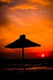 Schattenbild von einem Sonnenschirm lizenzfreie stockfotografie