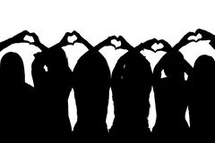 Schattenbild von fünf Freunden, die Herzen mit ihren Händen zeigen Lizenzfreie Stockfotografie