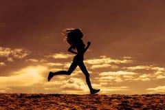 Schattenbild von Filmen eines Mädchenläufer-Effektes Stockfoto