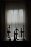 Schattenbild von Flugelhorn und von Trompeten stockbild