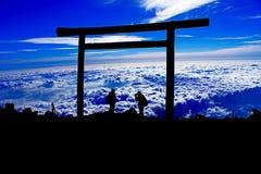 Schattenbild von Fotografen auf der Bergspitze Stockfotografie