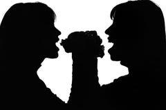 Schattenbild von Frauen mit Hamburger einer für zwei Stockbilder