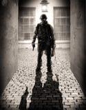 Schattenbild von gefährliche Soldaten Lizenzfreie Stockbilder