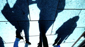 Schattenbild von gehenden Leuten Langsame Bewegung Personenfußgänger stock footage