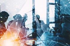 Schattenbild von Geschäftsleuten arbeiten im Büro zusammen Konzept der Teamwork und der Partnerschaft Doppelbelichtung mit Netz lizenzfreie stockfotografie