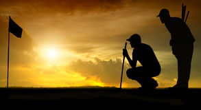Schattenbild von Golfspielern schlug das Fegen und hält Golfplatz im Sommer für, Zeit sich zu entspannen lizenzfreie stockbilder