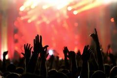 Schattenbild von Händen in der Luft auf einem Konzert stockfotos